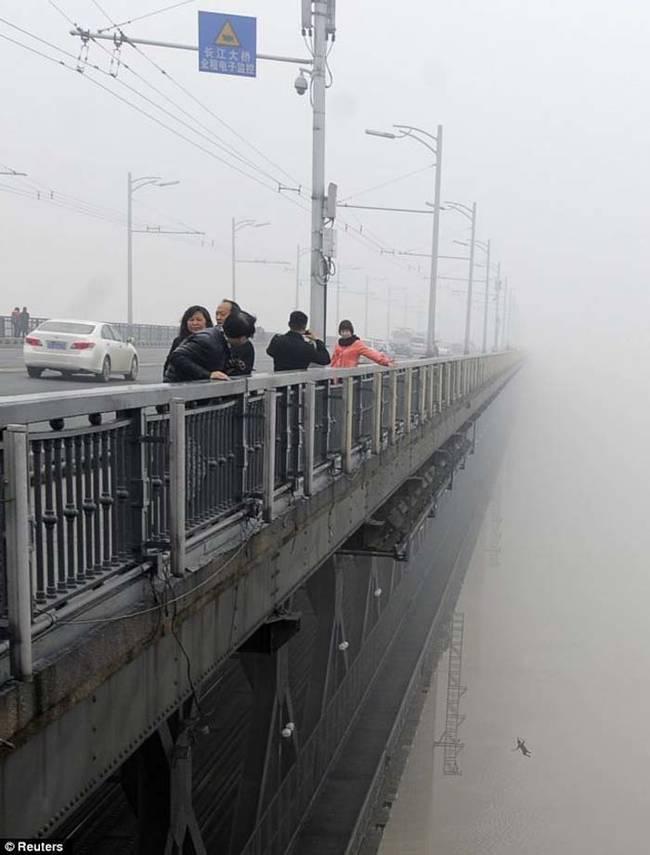 10个貌似正常的照片幕后一些可怕的事情-武汉长江大桥与殉情者(1)