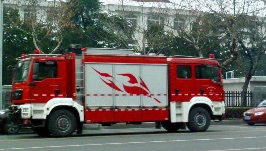 南京街头现双车头消防车 价值900万元无需掉头倒车转弯