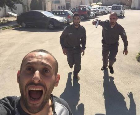 一名巴勒斯坦人惊恐自拍,同时以色列军方两名警察正在追捕…