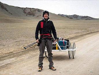 英24岁探险家独自徒步穿越蒙古国 最多一天走55公里