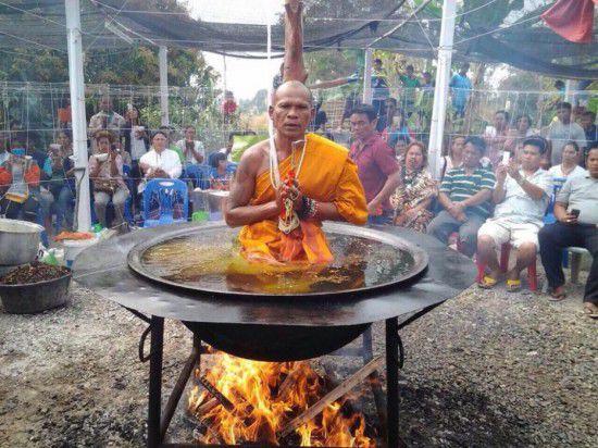 【视频】实拍泰国僧侣油锅打坐 惊呆众人