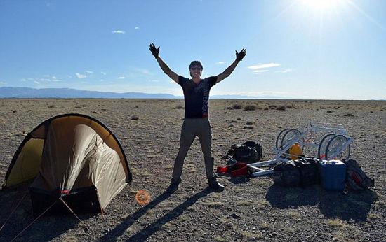 英24岁探险家独自徒步穿越蒙古国 最多一天走55公里-2