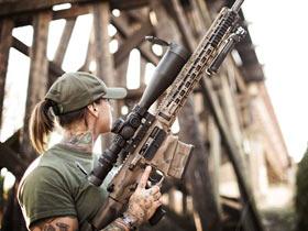 美国性感美女陆军枪械教练 帮助训练非洲白犀牛护林员