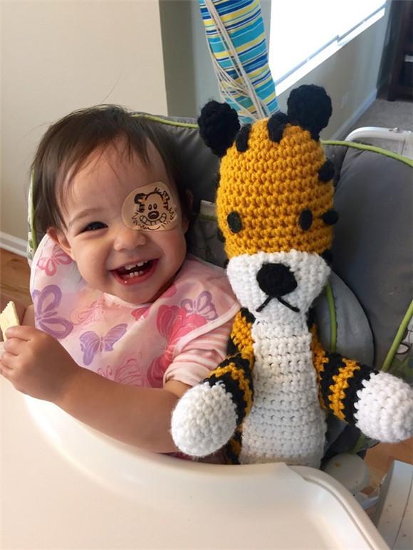 为了患白内障的女儿 他设计了好多好玩的眼罩