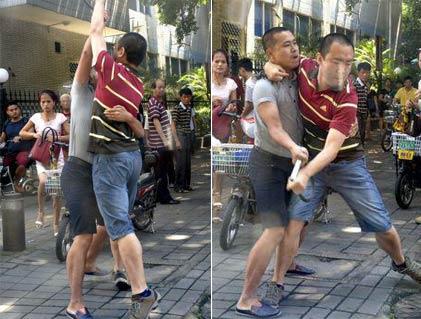 两骑电动车男子打架 看起来像跳华尔兹