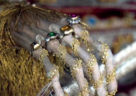 罗马地下墓穴发现装饰贵重珠宝的骨骼