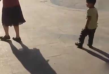奶奶带孩子的结果!未来的广场舞之星