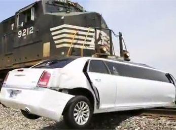 加长豪华轿车卡在了道口 这时火车冲了过来