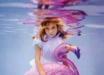 母亲拍摄女儿水下照片晒社交网络 结果被刷爆