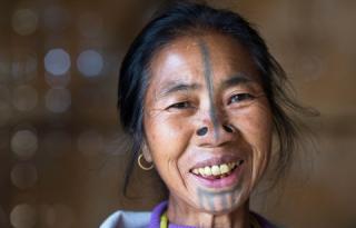 印度部落妇女防止被劫掠 戴鼻栓让自己变丑