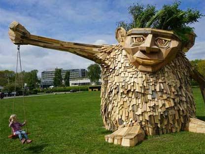 丹麦艺术家用废弃木材打造巨型雕塑