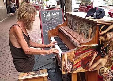 流浪汉街边弹钢琴 惊住过路行人