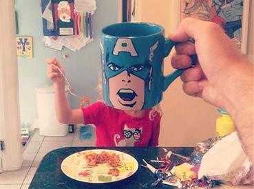 很有创意的爸爸用马克杯让孩子进入超级英雄的角色