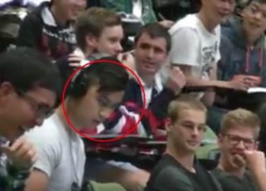 悉尼小伙百人课堂上课看片儿忘插耳机