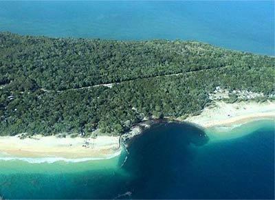 澳海滩突现百米巨坑 露营车辆被吞游客奔逃