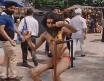 揭秘印度僧人当街表演悬空打坐