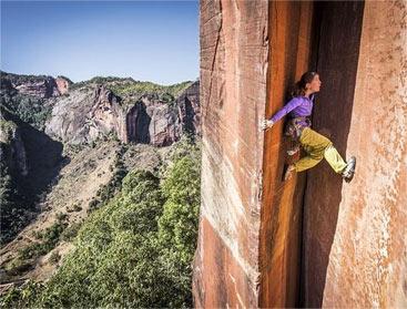 瑞士女教师徒手攀岩征服中国305米高绝壁