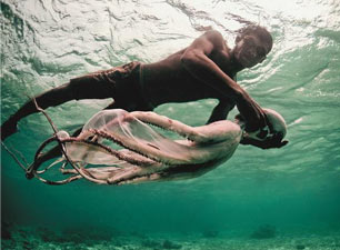 """最后一代""""海上游牧人""""为了潜水自幼弄破耳膜"""