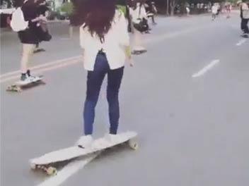 妹子广场舞步玩滑板 姿态优雅惊呆小伙伴