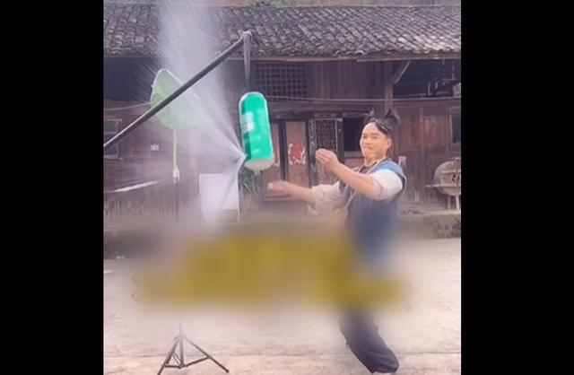 贵州小伙5米外飞扑克削开易拉罐