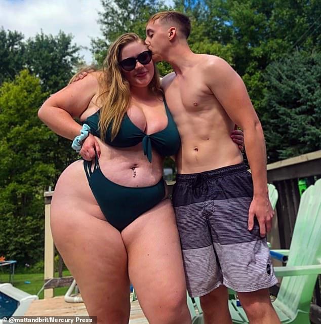 真爱!230斤胖妹妹与130斤网恋男友订婚 穿比基尼狂撒狗粮