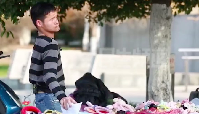 【视频】90后脑瘫小伙摆摊7年:一个男人的底线和尊严,就是赚钱养活自己