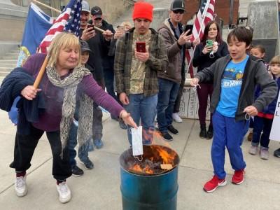 """美国抗议现场鼓励孩子烧口罩 百名示威者在州议会大厦前""""烧口罩"""""""