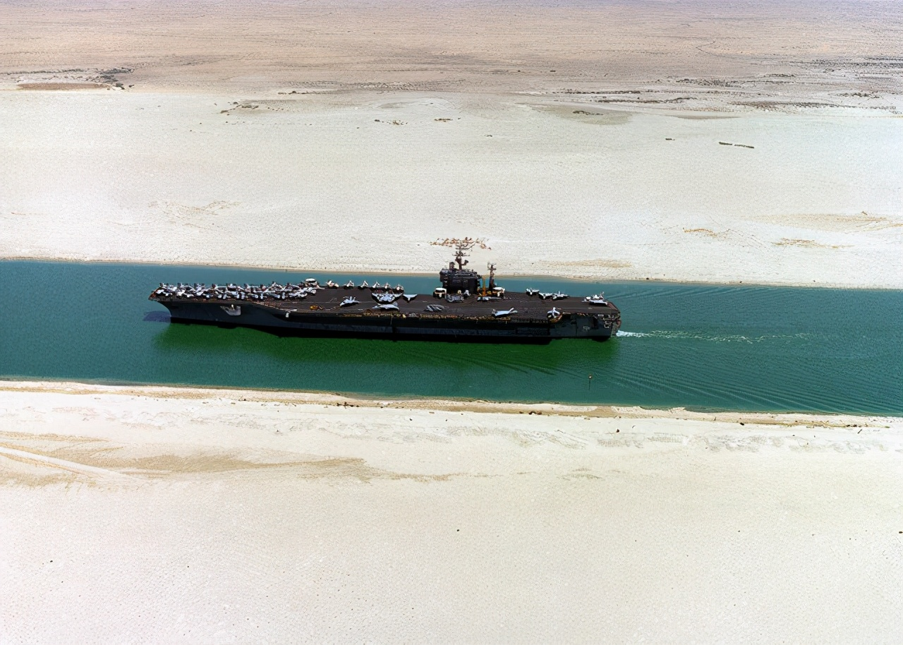 苏伊士运河堵船 美军核航母被台湾巨型货轮挡住 航母就像小不点