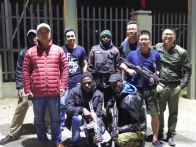 """南非暴乱 当地华人组建""""自卫队""""携带枪支保护安全 南非暴乱原因"""