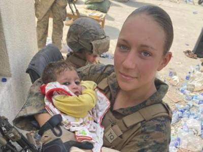 机场抱阿富汗婴儿美国女兵被炸死  曾护送阿富汗小女孩去机场