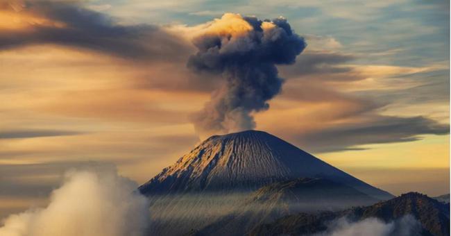 【视频】实拍西班牙火山喷发:岩浆灌入街道 尚无中国公民伤亡