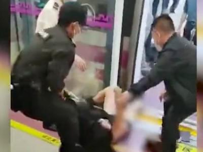 目击者讲述女子被地铁保安拖拽过程 保安拖拽女乘客下车引发争议