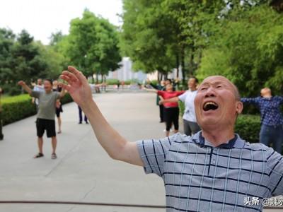 大妈公园组团大笑锻炼身体引争议 组织者:能祛病强身健体